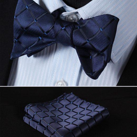 Elegantný hodvábny set - motýlik a vreckovka v tmavo modrej farbe so vzorom