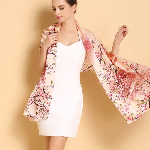 Moderný a vkusný dámsky hodvábny šál s jarným motívom