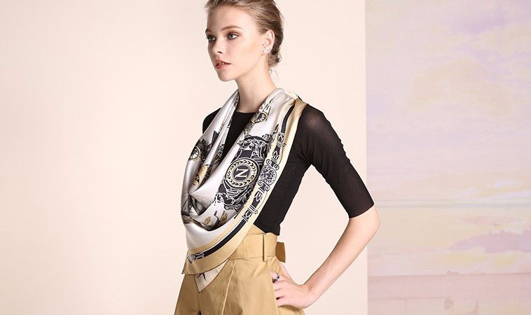 Vysoko kvalitná hodvábna šatka s prepracovaným historickým motívom