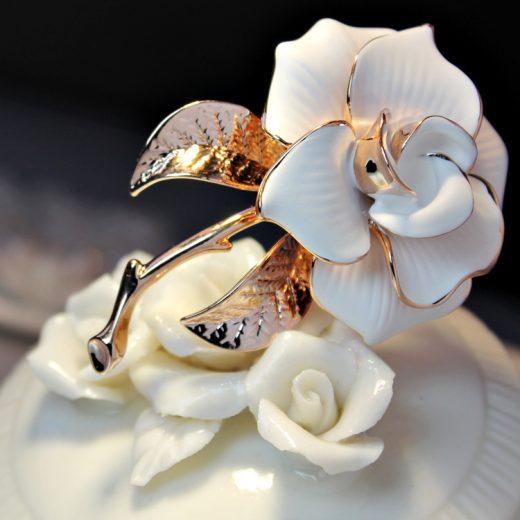 Prepracovaná brošňa v tvare bielej ružičky