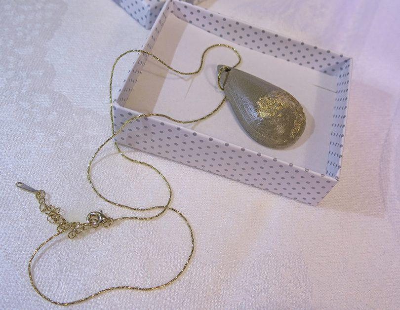Tessie ručne vyrobený náhrdelník - Zlatá betónová kvapka
