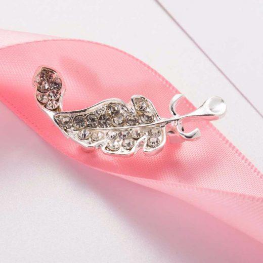 Roztomilá brošňa na šaty v tvare strieborného listu