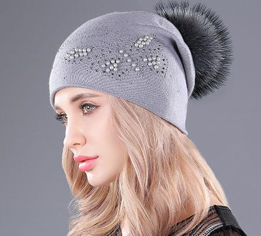 Kašmírová dámska čiapka s brmbolcom a motýľom z perál