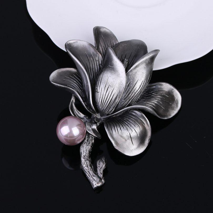 Prepracovaná brošňa vo vintage štýle v tvare kvetu
