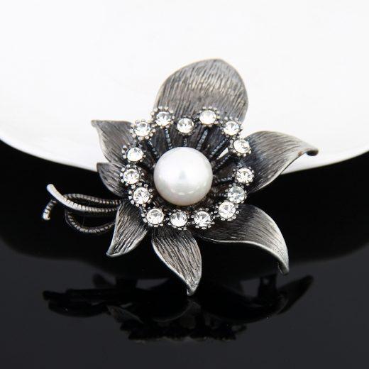 Strieborná brošňa s perlou vo vintage štýle