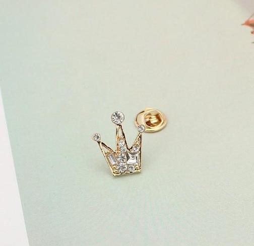Elegantná brošňa v tvare korunky s kryštálikmi