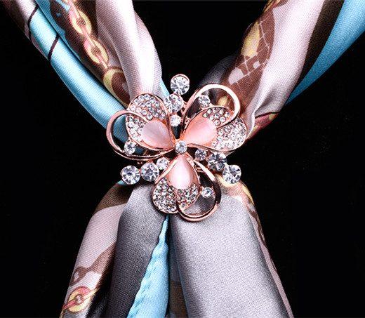 Elegantný trojprstenec v tvare kvetu s kryštálikmi