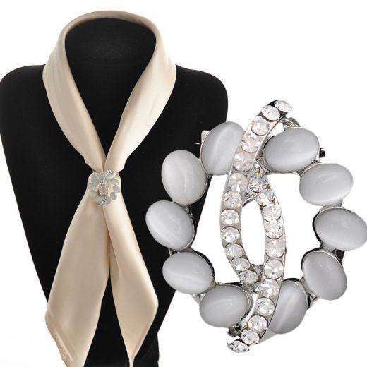 Luxusná strieborná brošňa s bielymi kamienkami a kryštálikmi