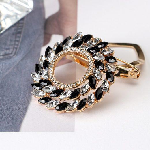 Prepracovaná zlata brošňa v tvare kruhu s kryštálmi