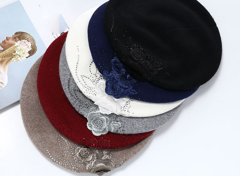 01a1908d5 Dámska elegantná baretka s kvetom v rôznych farbách