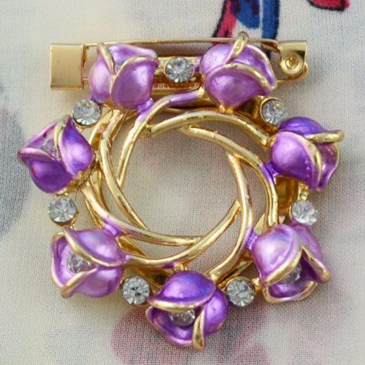 Elegantná brošňa v tvare kruhu s kryštálikmi a fialovými kvietkami