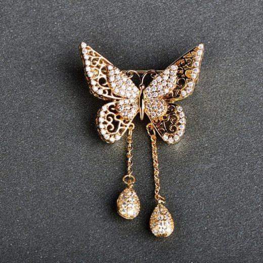 Luxusná brošňa v tvare zlatého motýľa s drobnými kryštálikmi