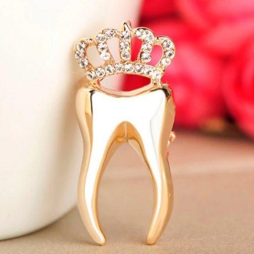 Luxusná brošňa v tvare zlatého zubu s korunkou a kryštálmi