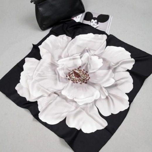 Luxusná hodvábna šatka s veľkým kvetom - čierno biela, twill hodváb, 90 x 90 cm