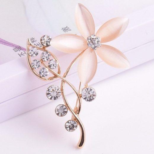 Elegantná zlatá brošňa v tvare kvetiny s kryštálikmi
