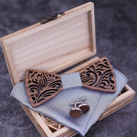 Reliéfny drevený set s krabičkou - drevený motýlik + vreckovka + manžety