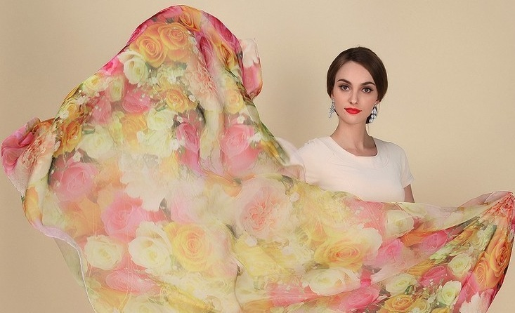 Veľký elegantný šál zo 100% hodvábu sa farebnými kvetinami