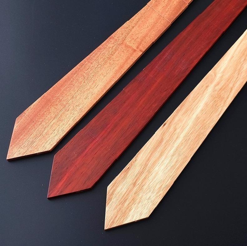 Drevená pánska kravata zo svetlého prírodného dreva