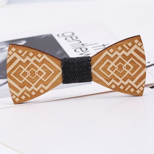Luxusný drevený motýlik so reliéfnym vzorom s ľudovým motívom