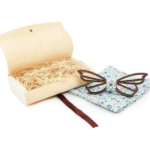Prepracovaný drevený motýlik vyrezávaný do tvaru motýľa s vreckovkou
