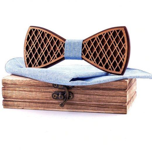Prepracovaný drevený motýlik z dvoch farieb dreva s vreckovkou
