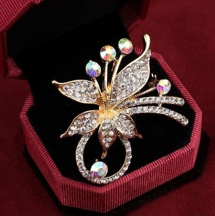 Prepracovaná brošňa na šaty v tvare kvetiny z kryštálov