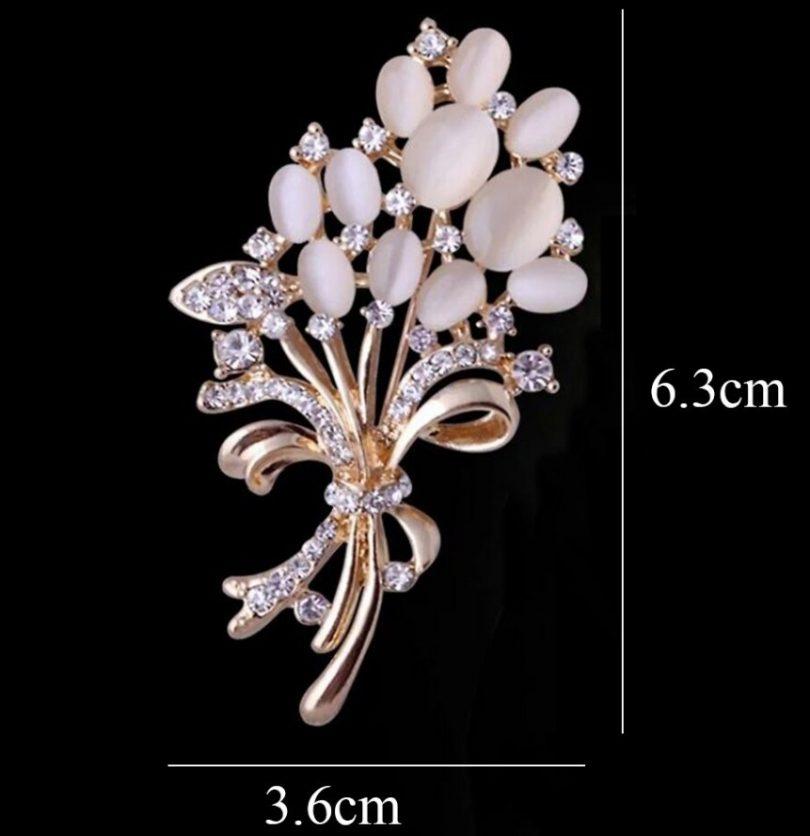 Prepracovaná brošňa z umelých opálov a kryštálov v tvare kytice kvetov