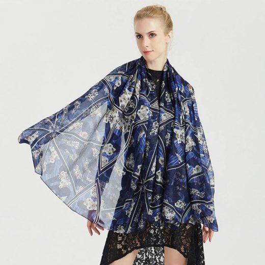 Veľký šál zo 100% hodvábu s prepracovaným vzorom v modrej farbe